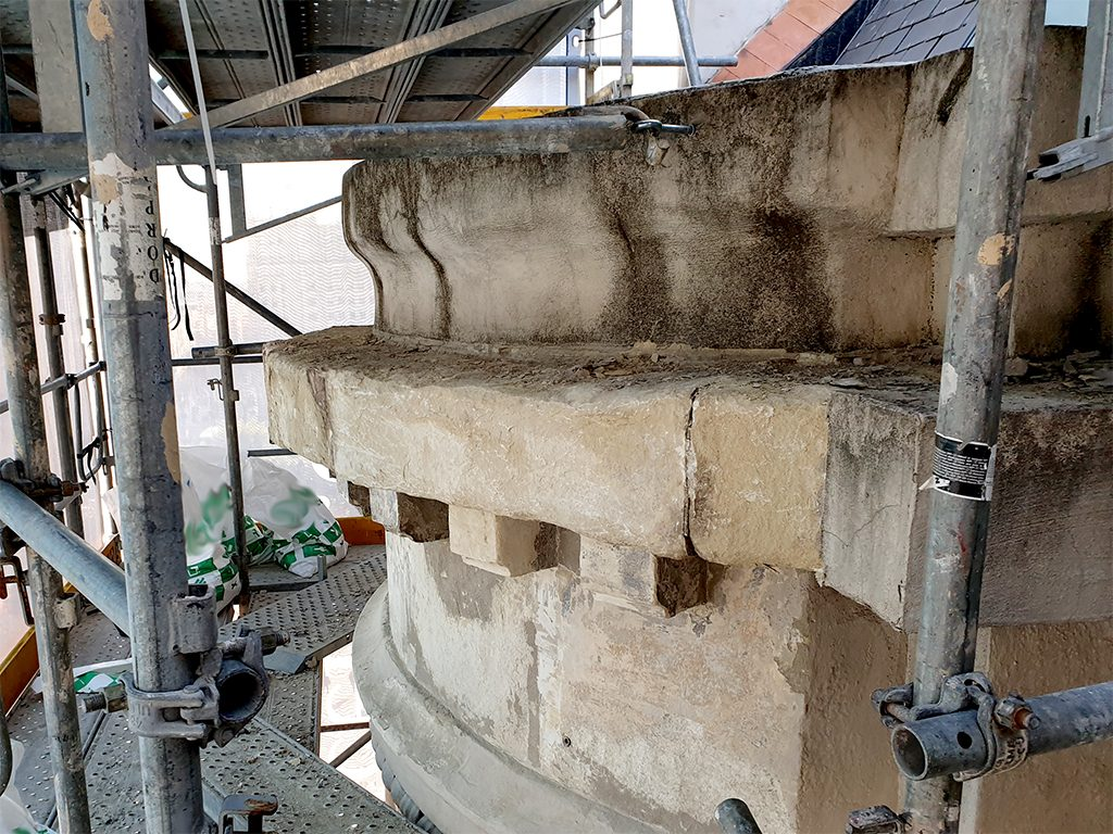 Detalle limpieza juntas piedra natural rehabilitacion edificio Passeig de Gracia, 3