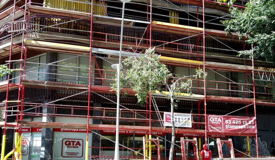 Andamio rehabilitación fachada principal oficinas de GTA Europa